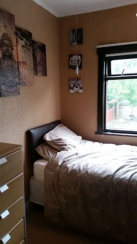 Fully furnished, comfy single room close to Hull - Hessle - Hus