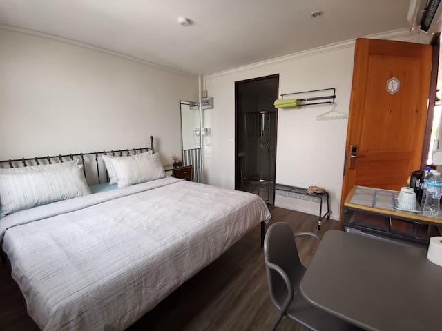 King bed&private bathroom for 2 near MRT Klongtoei
