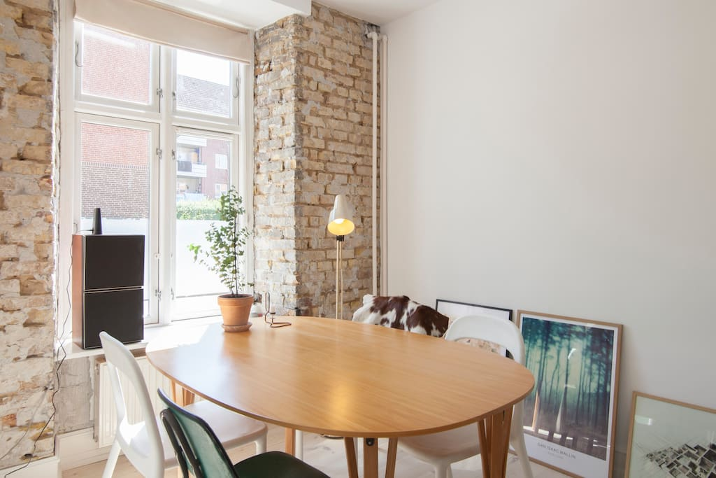 The apartment can offer 6 chairs around the dining table if wanted.