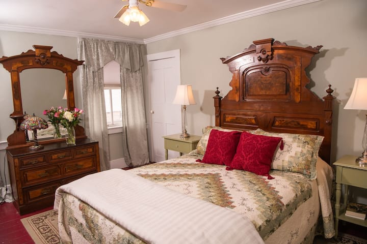 Steuben Suite - Grape Arbor Bed and Breakfast