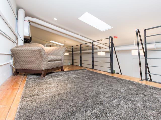 Sitting room north loft area