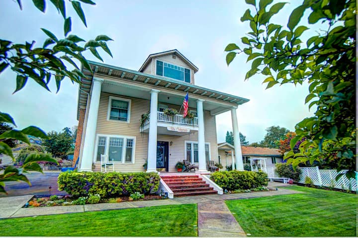 New! Vintage Mansion with Epic Views, Hot Tub!
