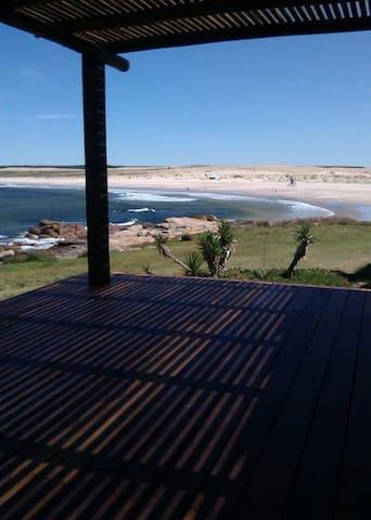 Casa a metros de la playa Sur, con excelente vista - Cabo Polonio - House
