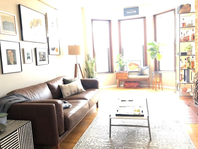Bright, Modern Lincoln Park 1 BR Apartment