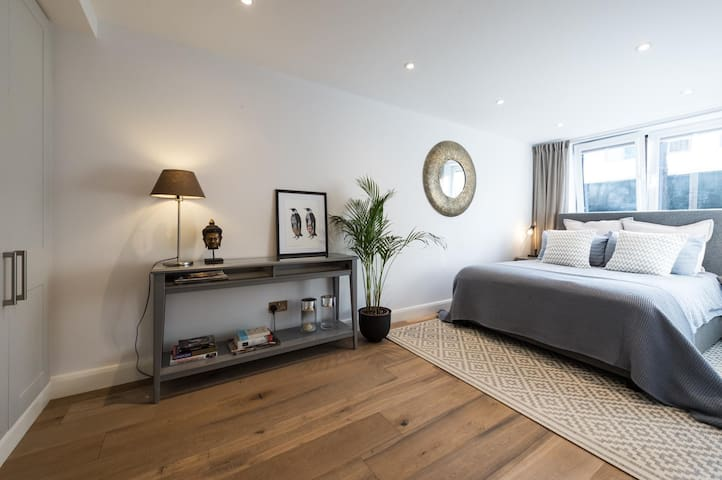 Bright double room in Holland Park