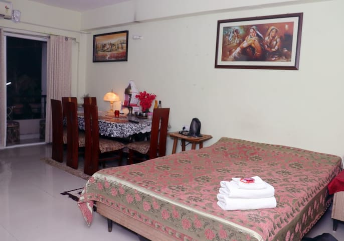 7kms from Airport | Comfy | B&B | AC | Cab service