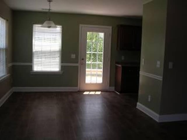 Great Room in a Collge Rental House - Statesboro - Huis