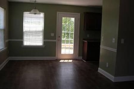 Great Room in a Collge Rental House - Statesboro
