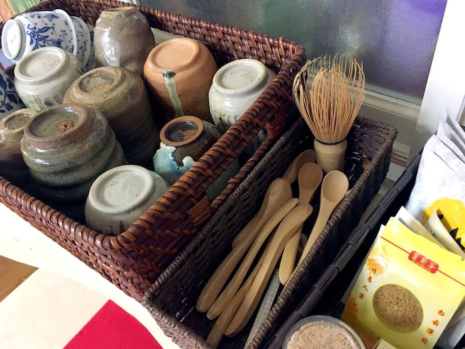 日本の陶芸のカップでお茶をお楽しみください。