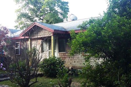 cozy ,comfortable, close to downtown - Oak Bluffs - Casa