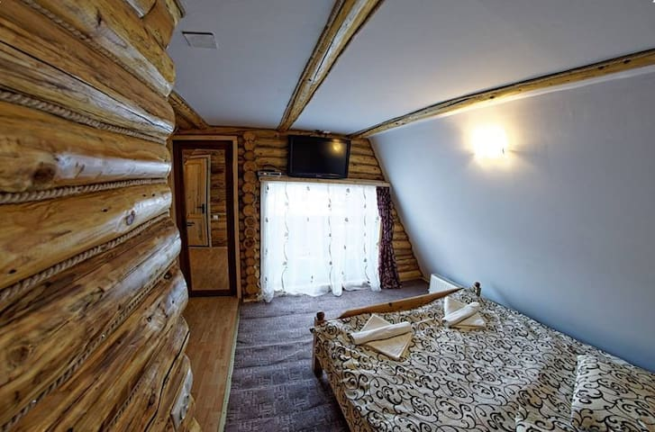 vedere din camera cu pat matrimonial a apartamentulului nr.7