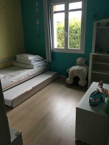 Chambre 2 avec lit gigogne rangé sous le premier lit