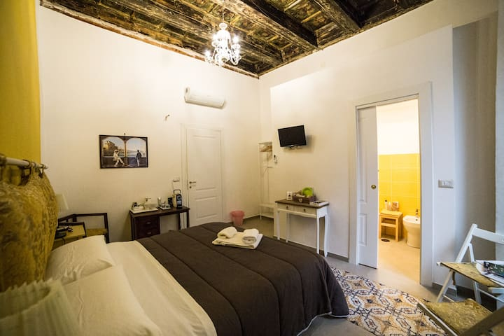 Yellow Room in downtown with private bathroom
