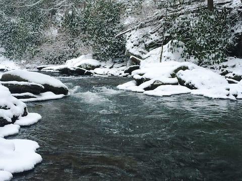 Enchanting Riverfront Retreat- Romantic Getaway