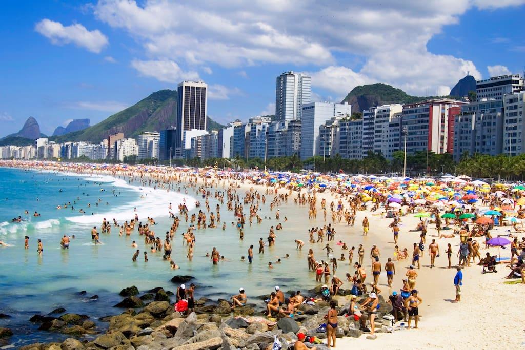A famosa Copacabana Beach fica a 100 m do apartamento