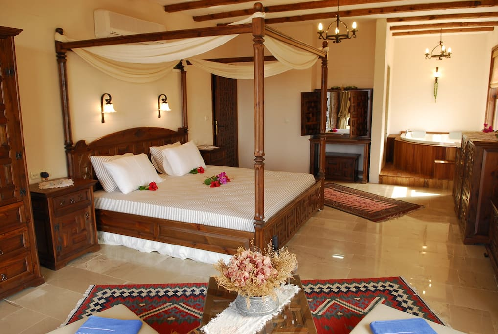 4 poster super king size beds and sitting area in each room
