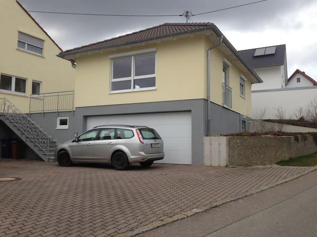 Modernes, helles Haus mit Garage