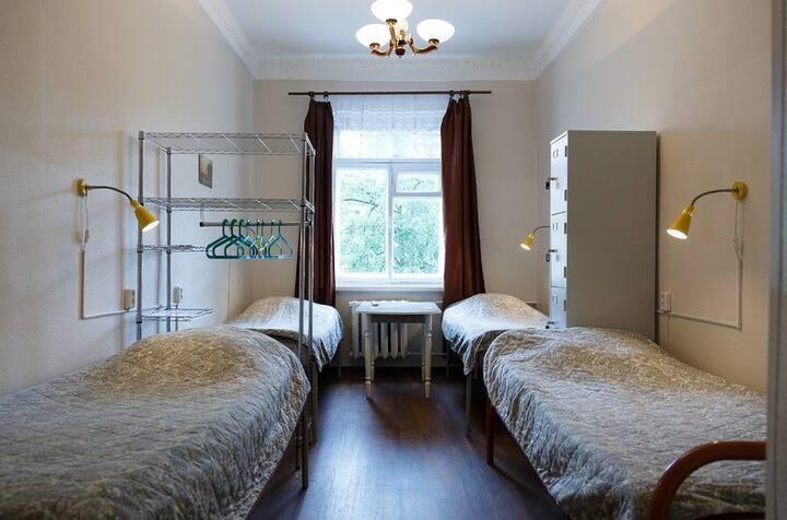Кровать в общем четырехместном номере для женщин