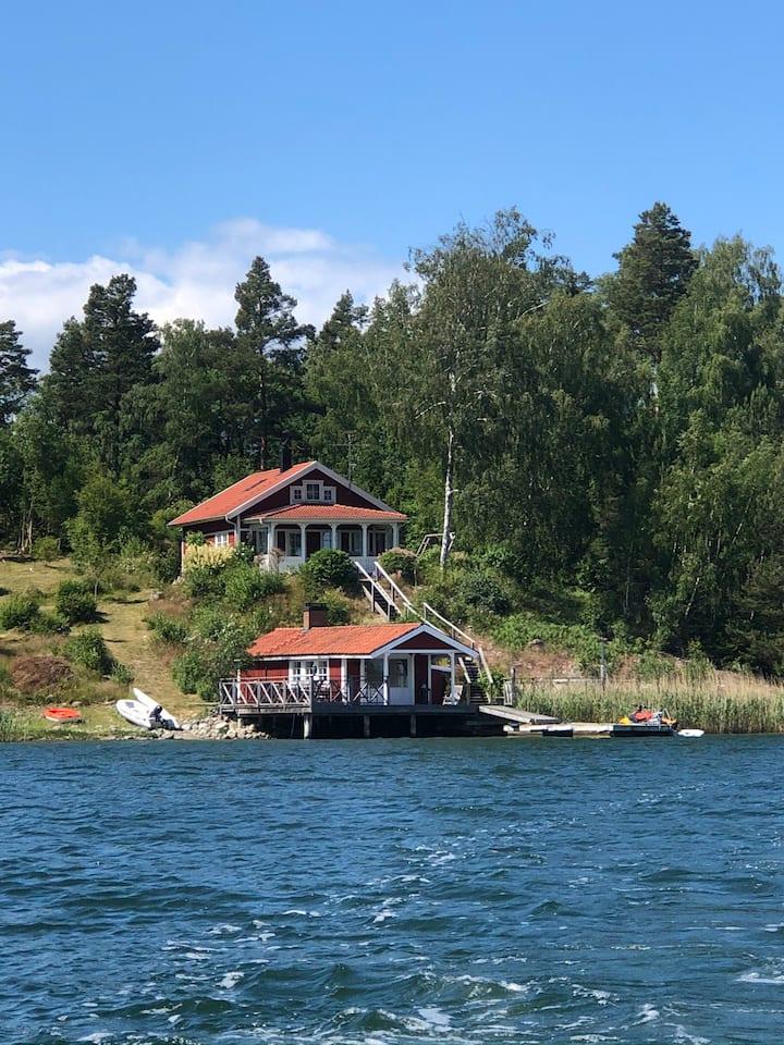 Idyllisk sjötomt på liten ö i skärgården