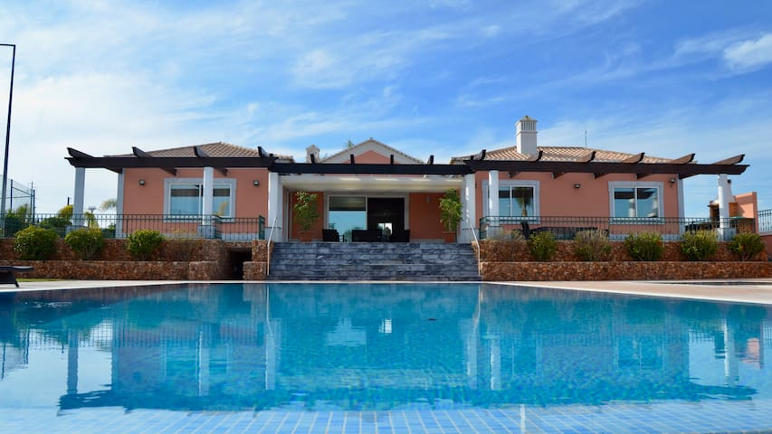 Villa Alto do Castelo With 2 Pools and Jacuzzi