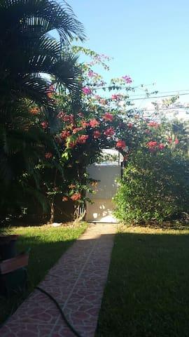 Haut de villa T3 au calme avec jardin luxuriant - Baie Mahault - Haus
