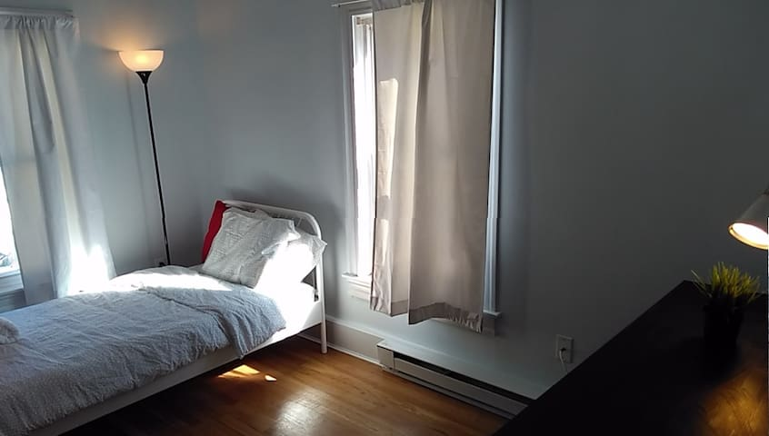 Close to Boston and highway, free parking