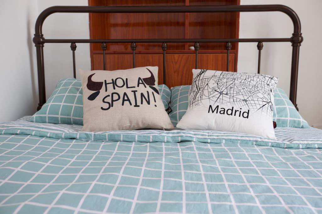 """这间客房名叫""""马德里""""。是房东在世界上的另外一个家。"""