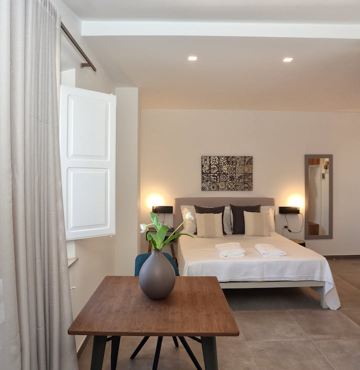 Spacious, Bright and Comfortable Double Room with Kitchenette.