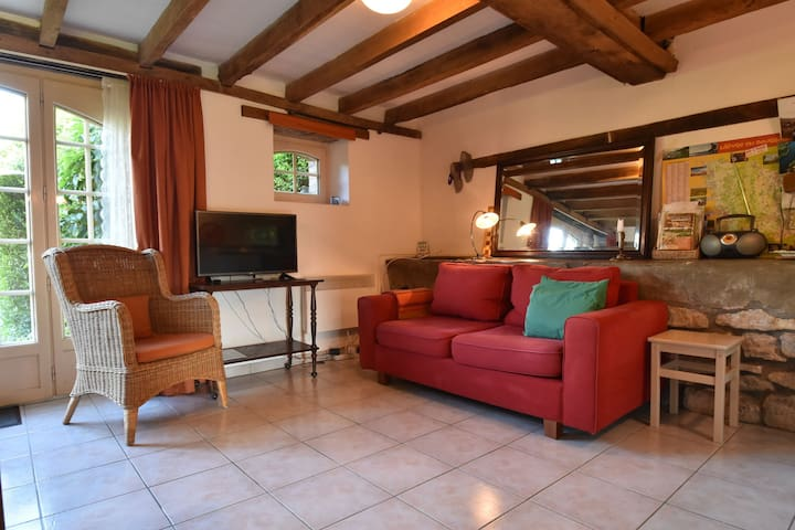 Holiday Home in Saizy with Patio,Fenced Garden, BBQ, Heating