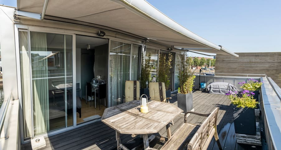 Beautiful separate topfloor room in floating house