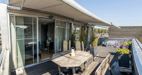 Beautiful separate topfloor room in floating house