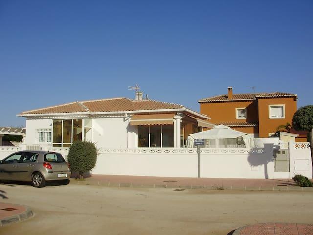 Homely property. Hogar. Anheimelnd. A la maison