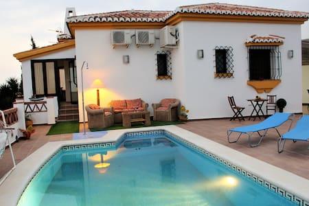 Villa mit Schwimmbad mit herrlichem Meerblick - Salobreña - Almhütte
