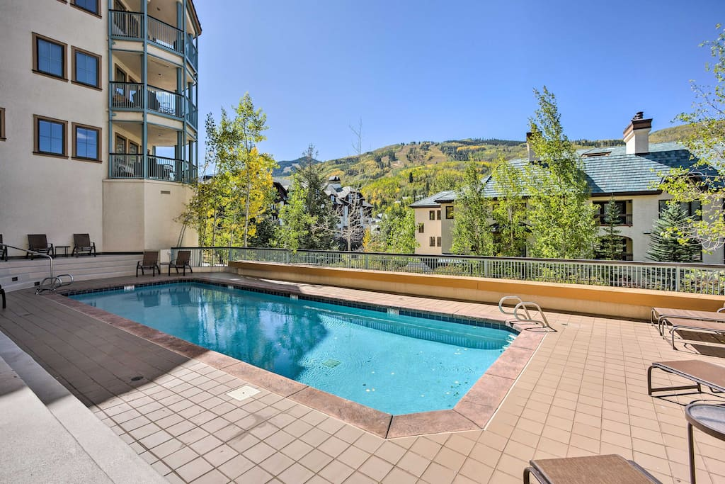 Up to 6 guests can enjoy a ski-in/ski-out experience with resort amenities like a heated outdoor pool and indoor Jacuzzi.