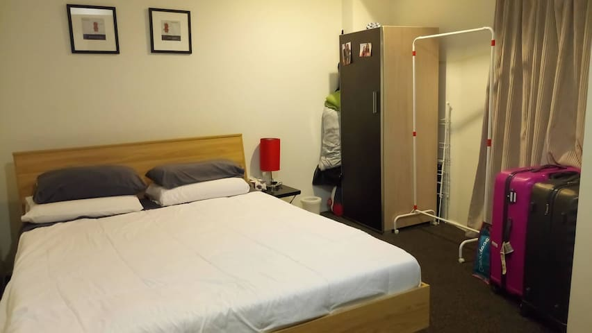 3) Sunny private Big room with wifi in city center