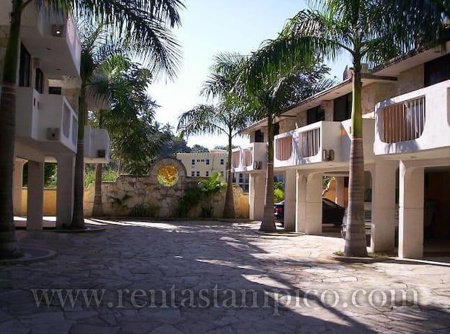 Andador central con piedra natural, la casa Chairel tiene sus propias dos cocheras techadas justo frente a la puerta de la casa.
