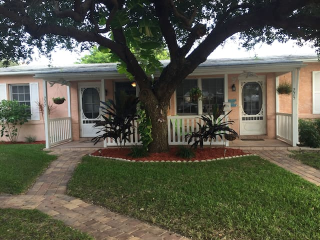 2 Bedroom Downtown Guest Cottage - Cocoa Beach - Apartment