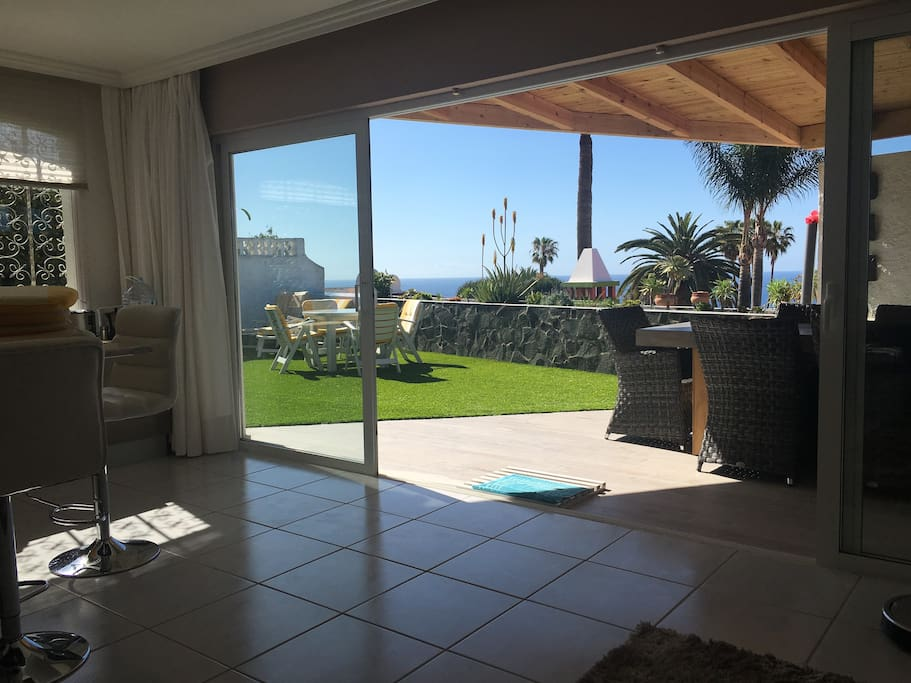 Blick von der Wohnküche ins Freie - Meerblick inklusive!