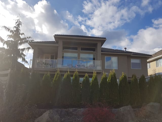 Kelowna Airport: Home with a View One Bedroom