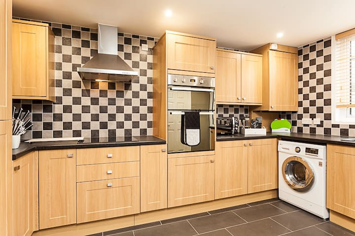 ❤Gatwick Place- 4 bed 2 bath self contained house Ideal for keyworkers ✈