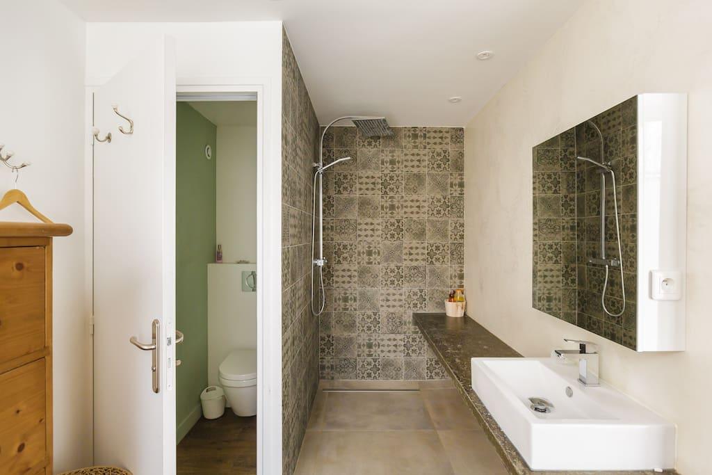 Douche avec WC indépendants