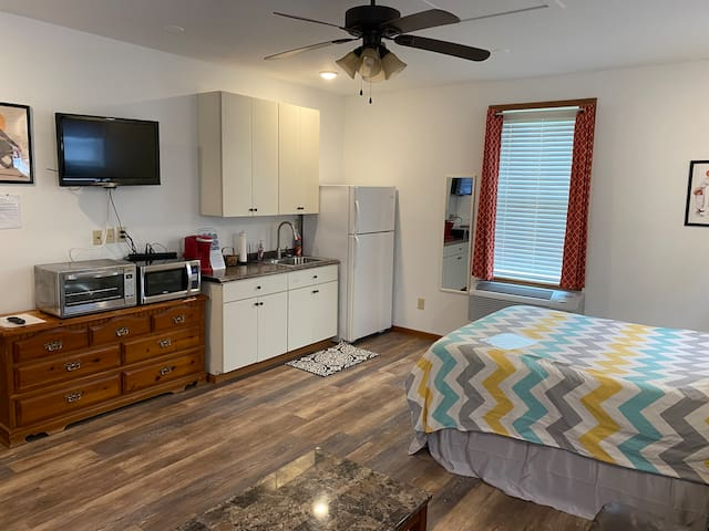 Studio Guesthouse with queen bed, seating area, kitchenette, and more