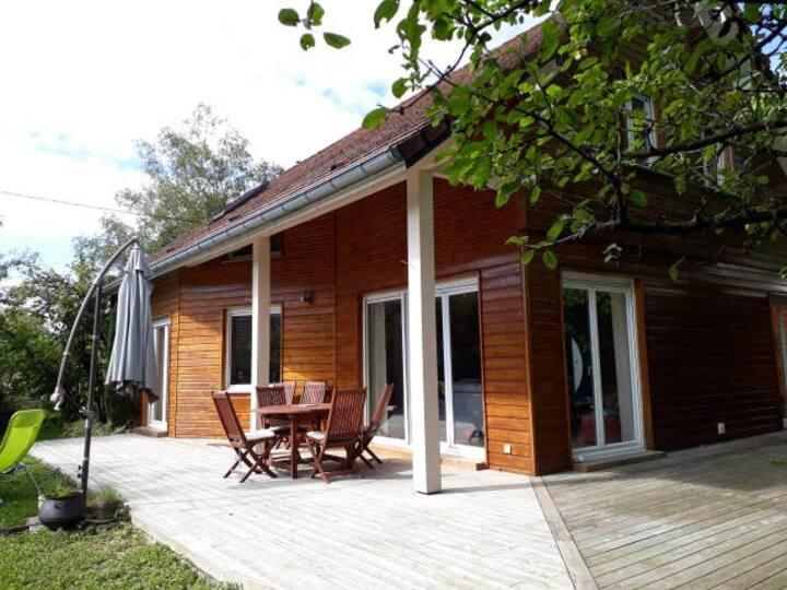Très belle maison en bois spacieuse et lumineuse