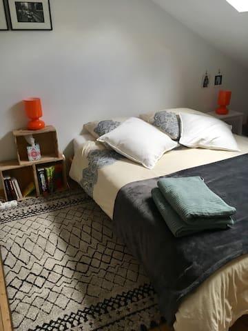 Chambre mansardée avec lit 2 places au 2e étage.