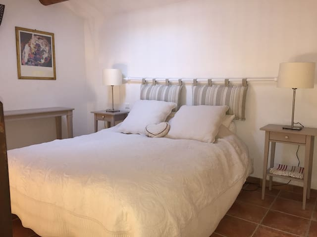 Kingsize bed in mezzanine