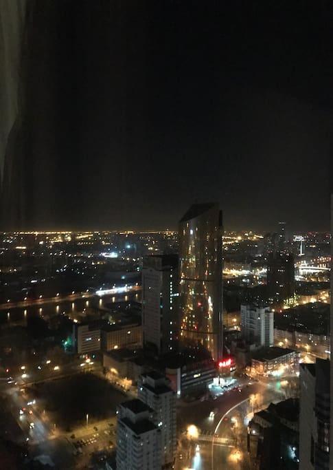 在房间内用手机拍摄的窗外夜景,可俯瞰海河,天津地标金黄大厦富贵满满。