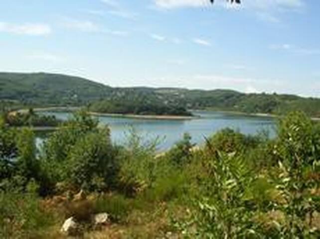 Gîte 6 personnes - bord du lac du Laouzas