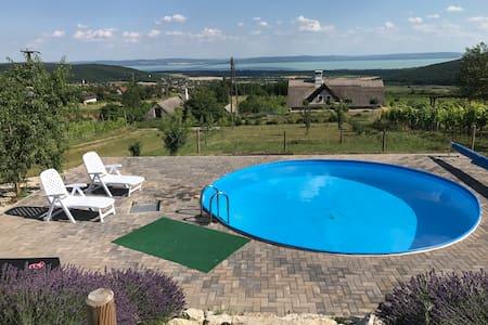 Csodás panorámájú ház medencével, Balaton felvidék