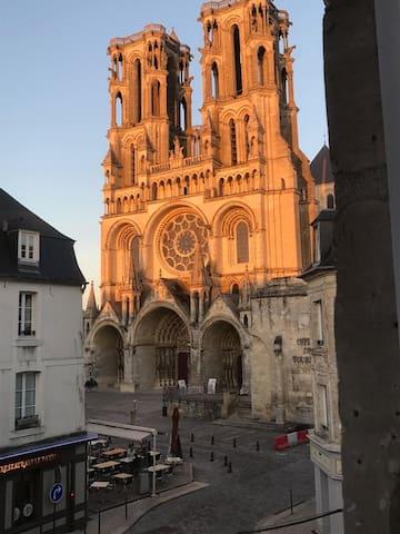 Une vue directe sur la cathédrale ! - Laon - Leilighet