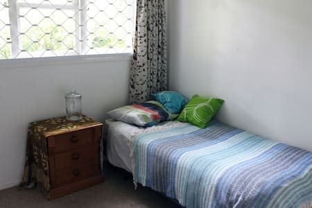 Single room with desk and storage space - Auckland